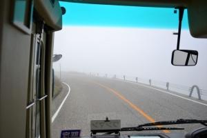 帰りのバスの車窓は霧で真っ白に