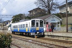 三国港駅で発車を待つ電車