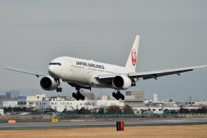 大阪空港に着陸するJAL B777-246